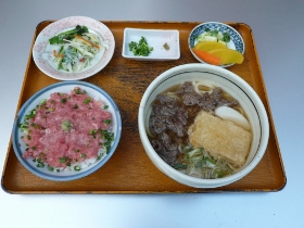 海鲜盖饭,牛肉乌冬面(温) ,沙拉(Susano)